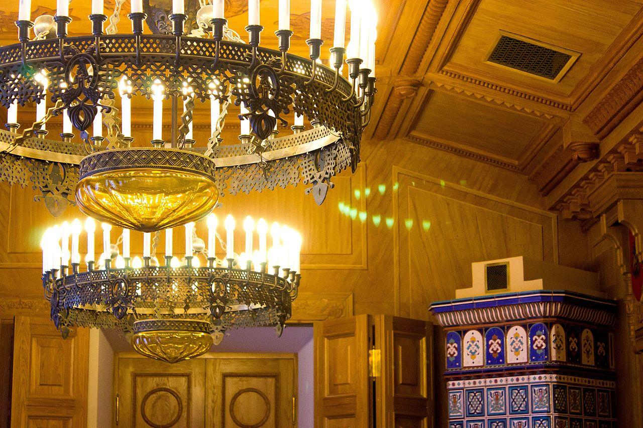Интерьер Путевого дворца в Твери, люстры и изразцовая печь