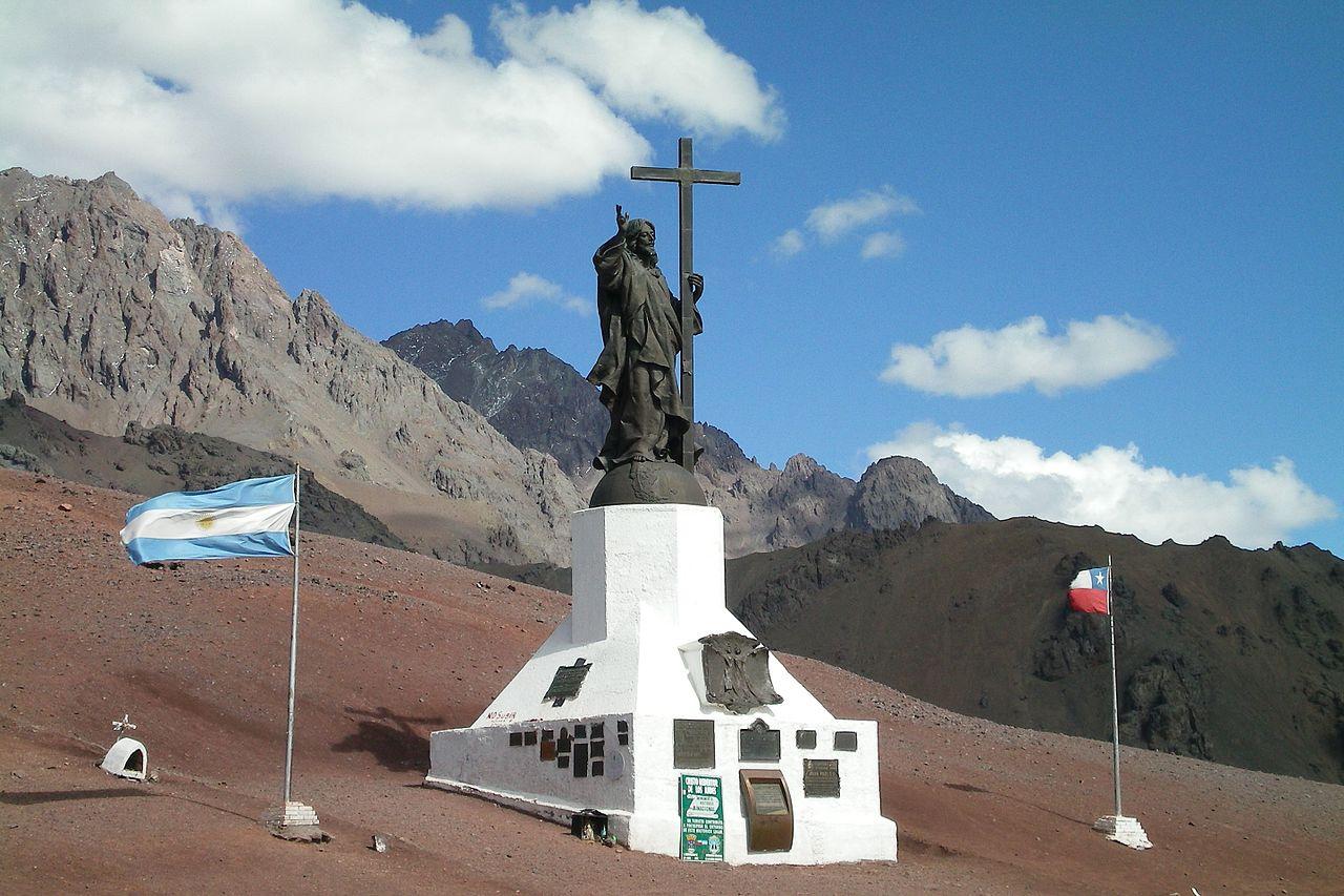 Памятник Христу Искупителю (Андский Христос) на линии границы между Аргентиной и Чили