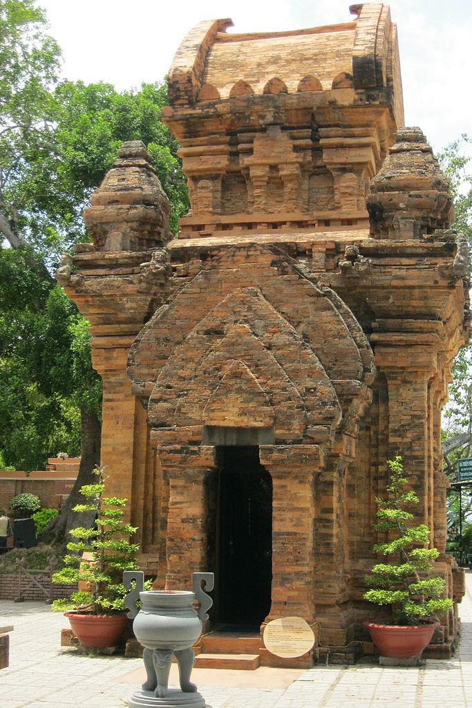 Алтарь у одной из башен По Нагар