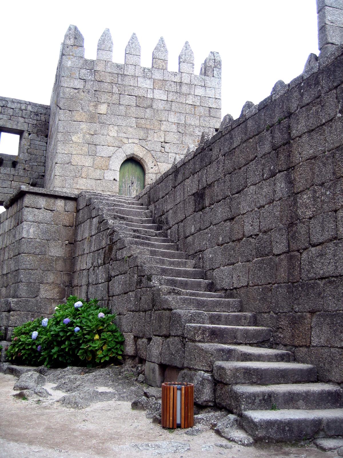 Лестница, ведущая на стену замка Гимарайнш
