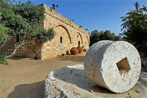 Скульптуры у музея Eretz Israel в Тель-Авиве.jpg