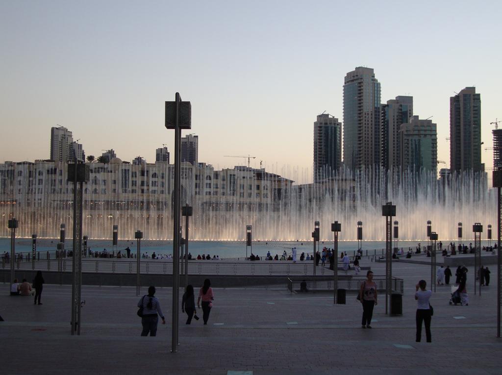 Фонтан в Дубае, вид от станции метро