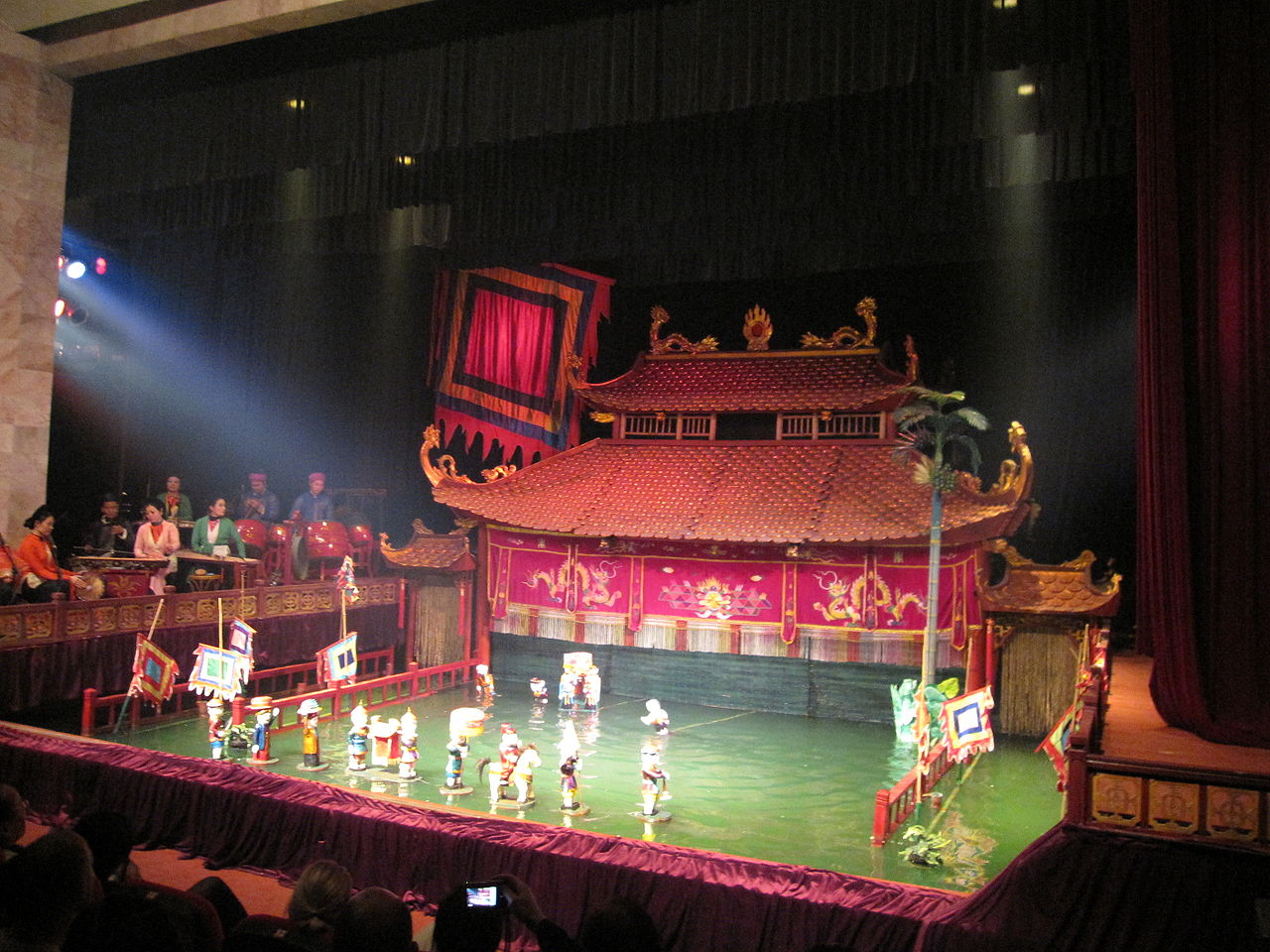 Вьетнамский кукольный театр на воде, сцена