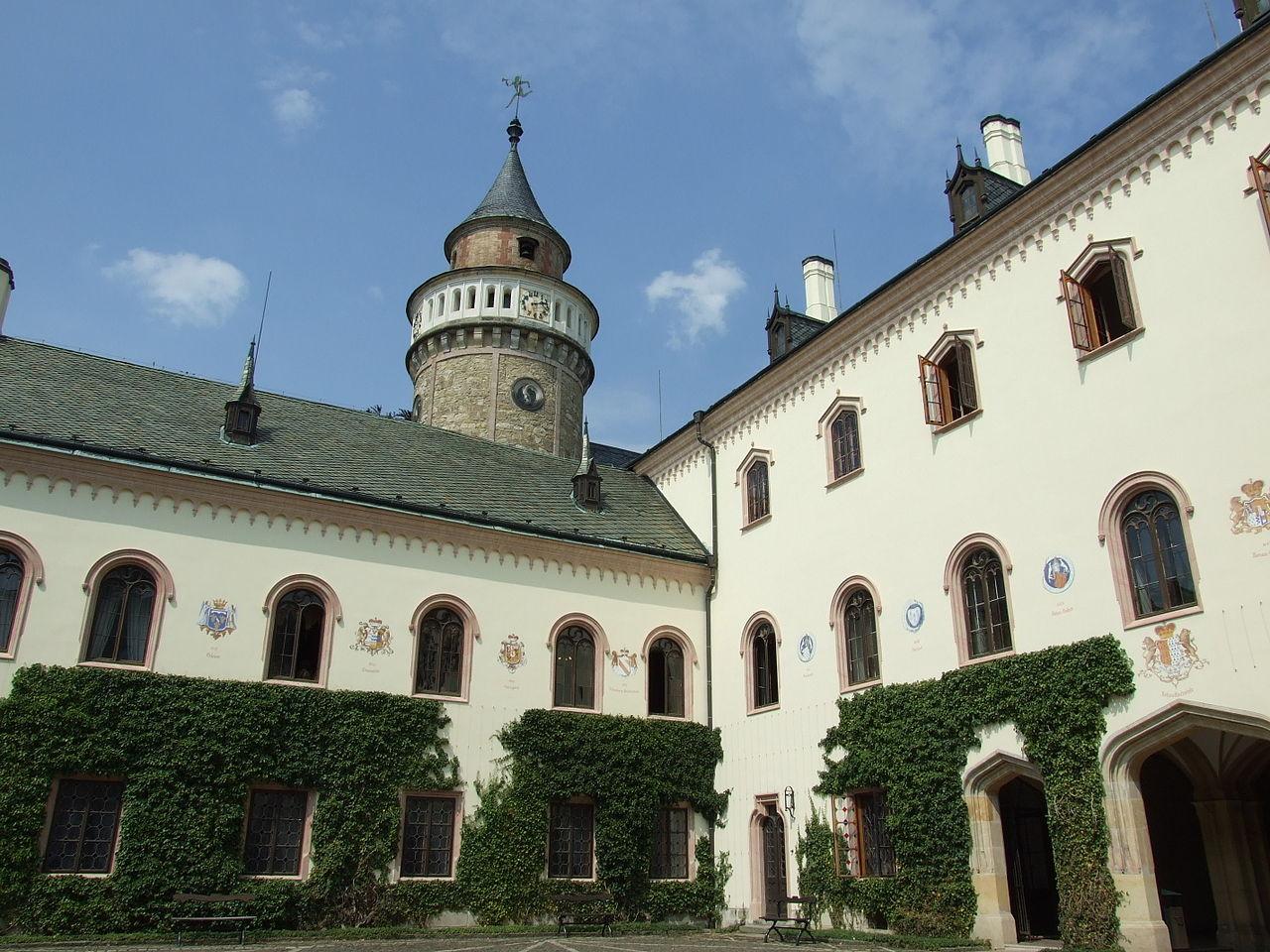Замок Сихров, внутренний двор
