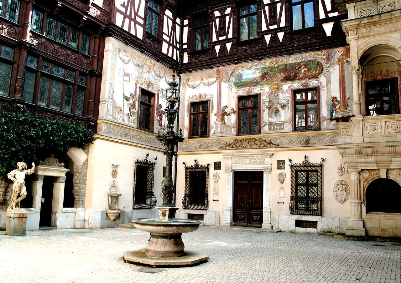 Внутренний дворик замка Пелеш