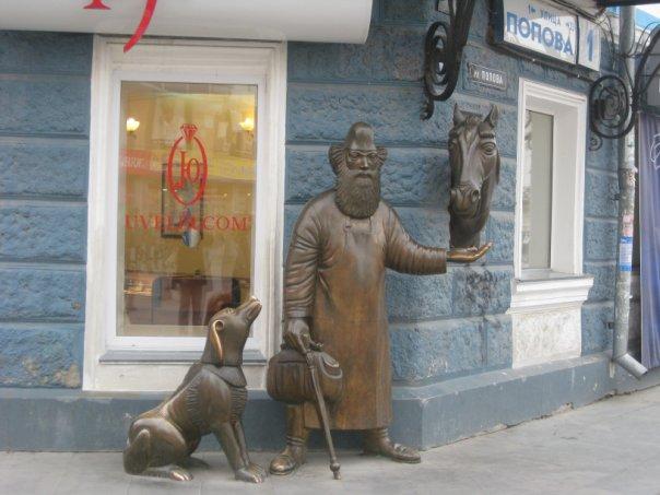 Медная фигура купца на перекрестке улиц Вайнера и Попова, Екатеринбург.jpg