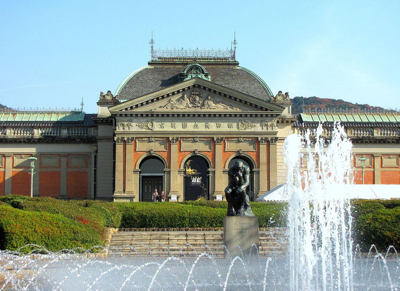 Национальный музей Киото, фонтан и скульптура перед входом