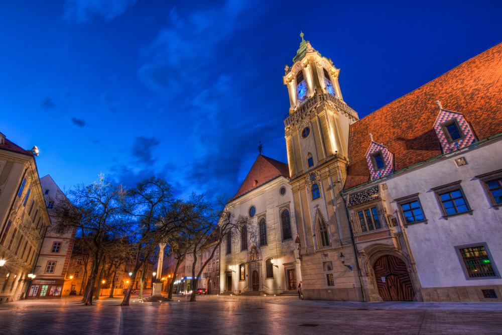 Старая ратуша Братиславы вечером