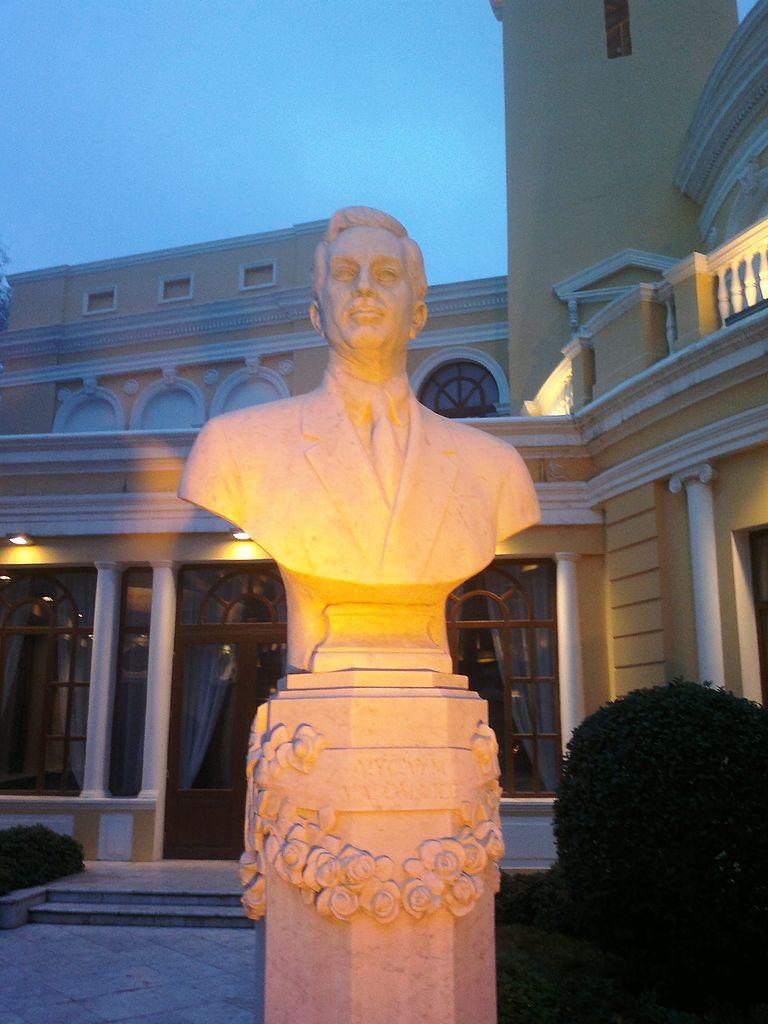 Азербайджанская государственная филармония, бюст Муслима Магомаева