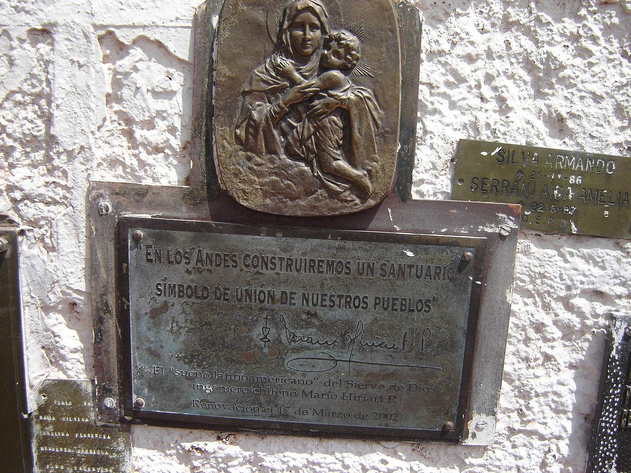 Андский Христос, памятный знак на постаменте