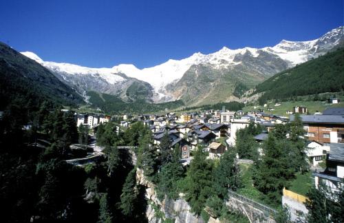 Поселок расположен на плато на высоте 1800 м, Саас-Фе.jpeg