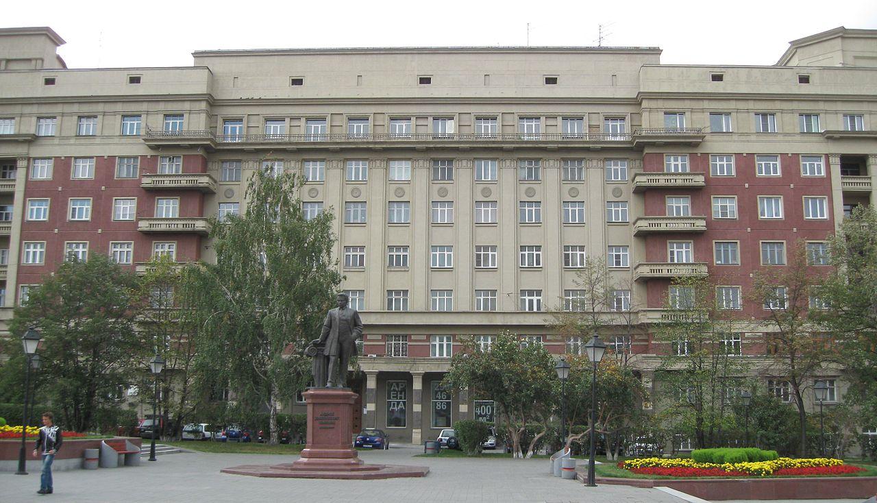 Стоквартирный дом и памятник архитектору Андрею Крячкову
