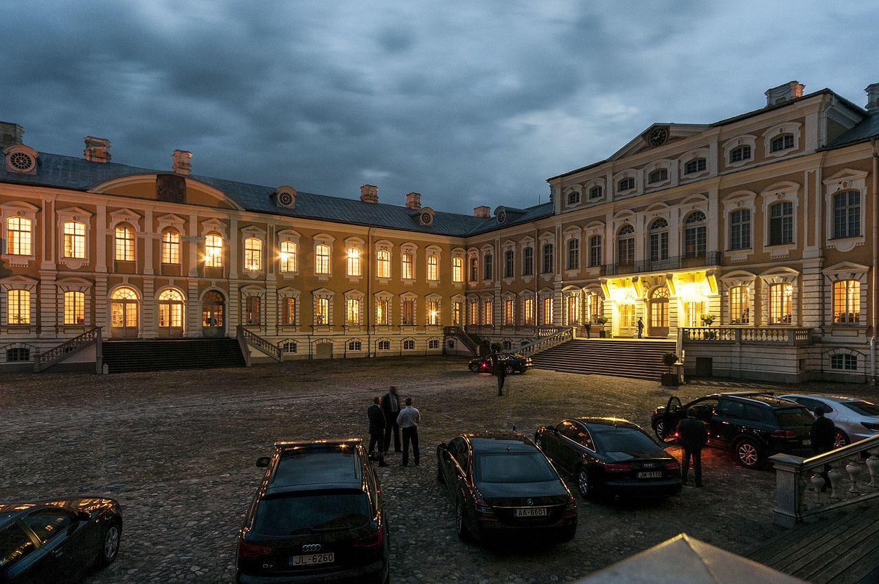 Рундальский дворец, вечер