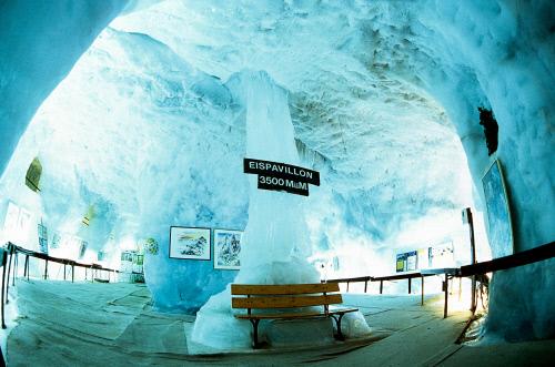 Ледяной павильон на горе Аллалин, Саас-Фе.jpeg