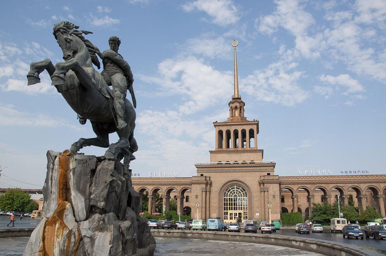 Памятник Давиду Сасунскому возле железнодорожного вокзала, Ереван