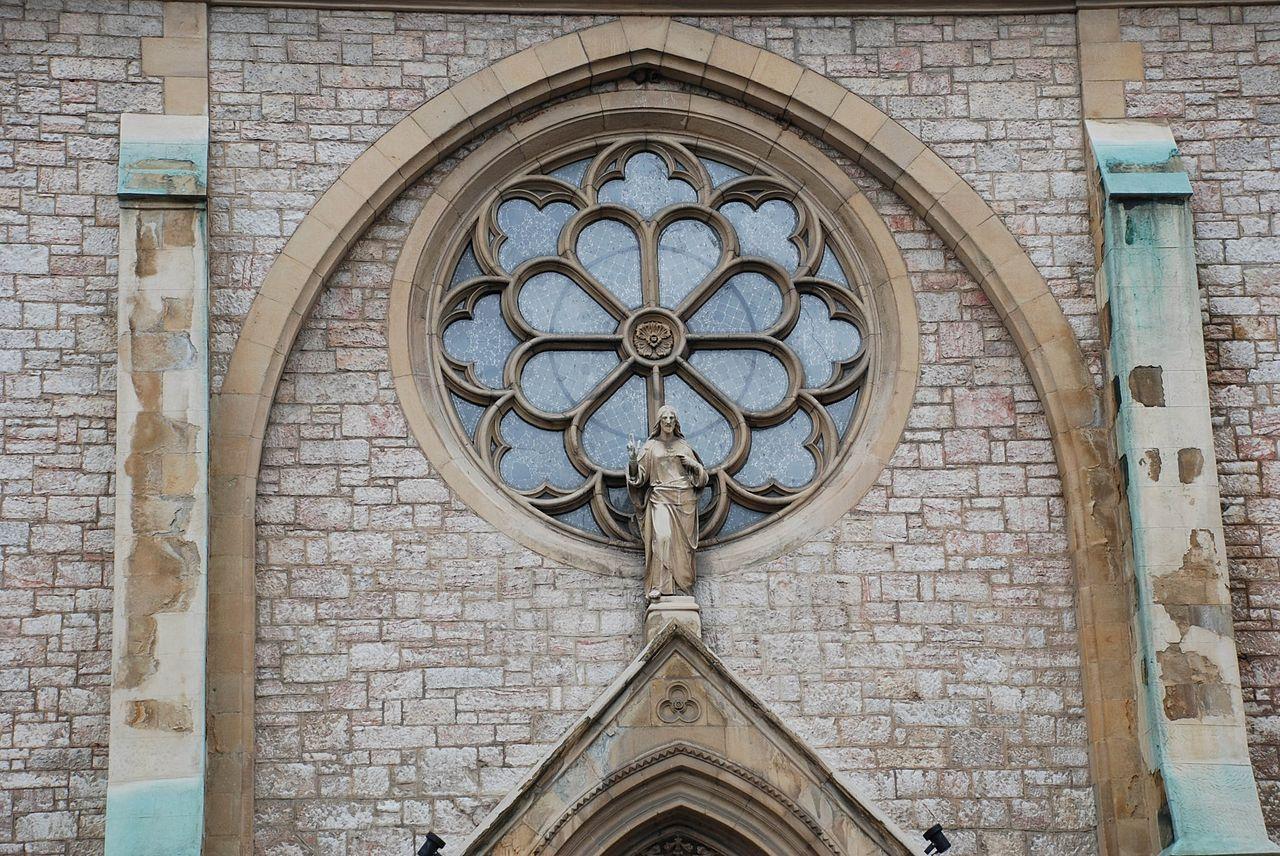 Собор Святейшего Сердца Иисуса, окно-роза над входом