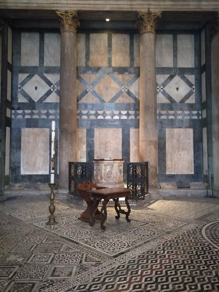 Купель в соборе во Флоренции, Италия