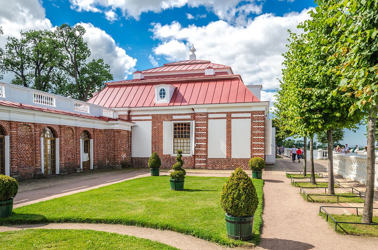 Дворец Монплезир в Нижнем парке Петергофа