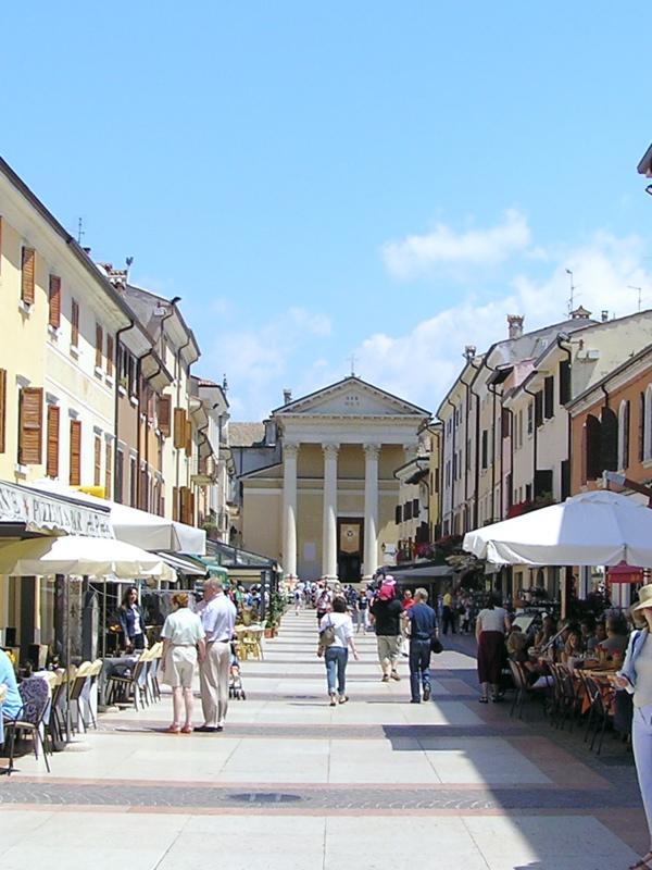 Площадь Piazza Matteotti, Бардолино