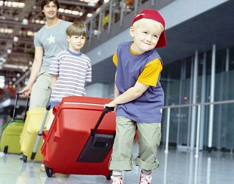 1 В аэропорту Гэтвик самые ленивые грузчики.jpg