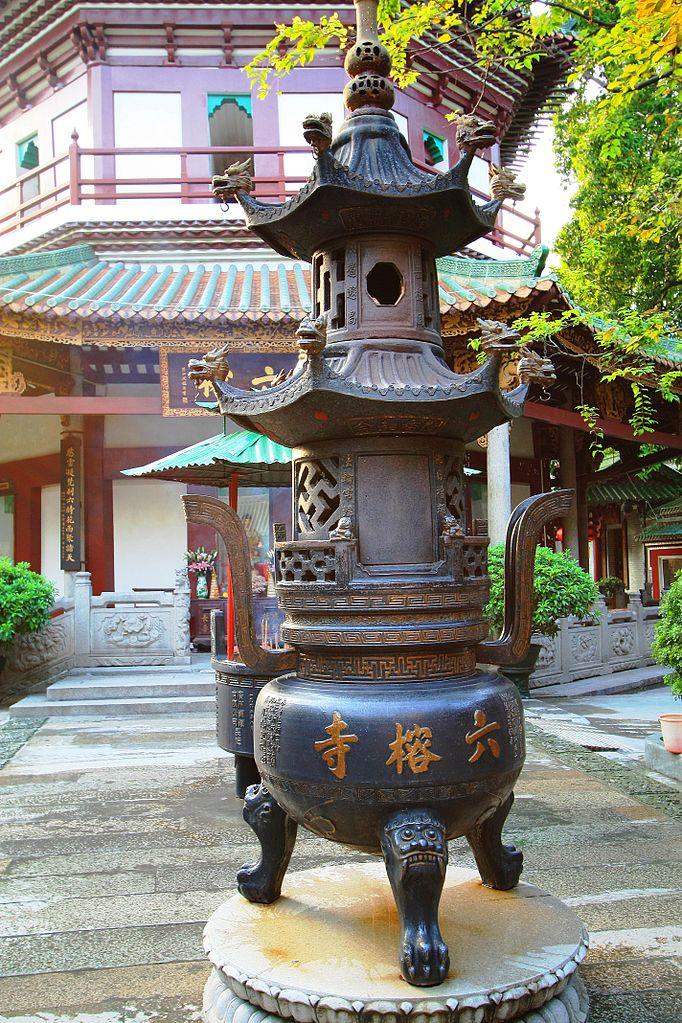 Во дворе храма Шести баньяновых деревьев, Гуанчжоу