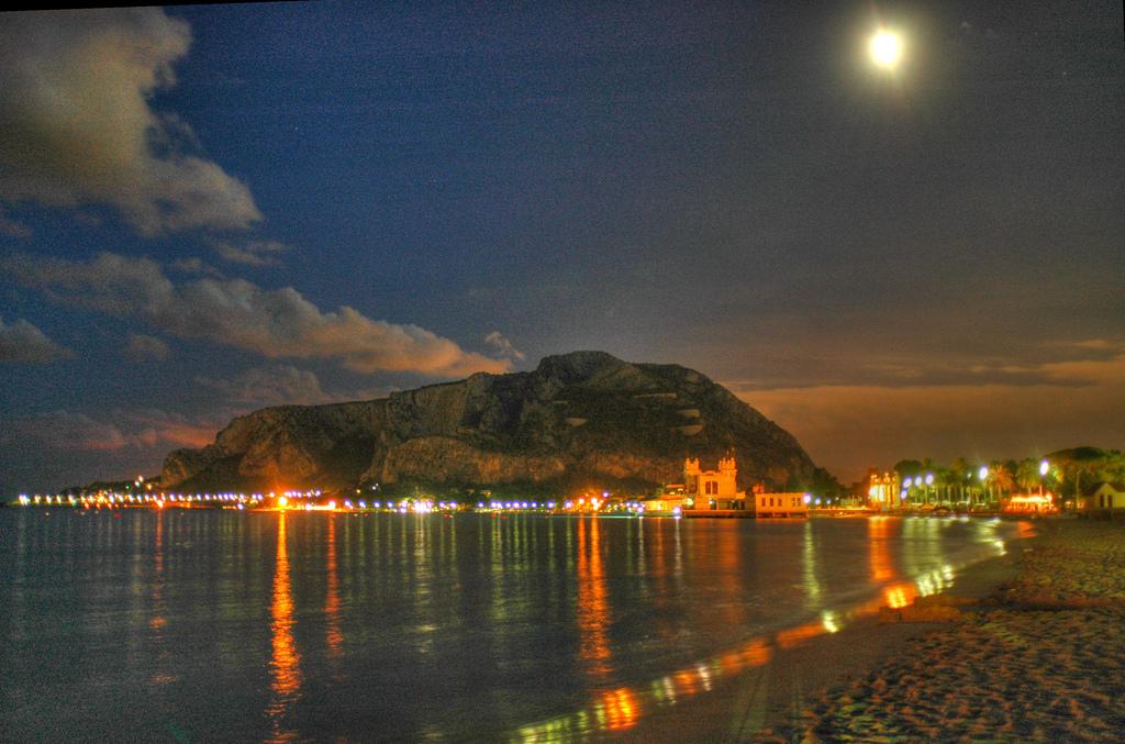 Пляж Монделло вечером