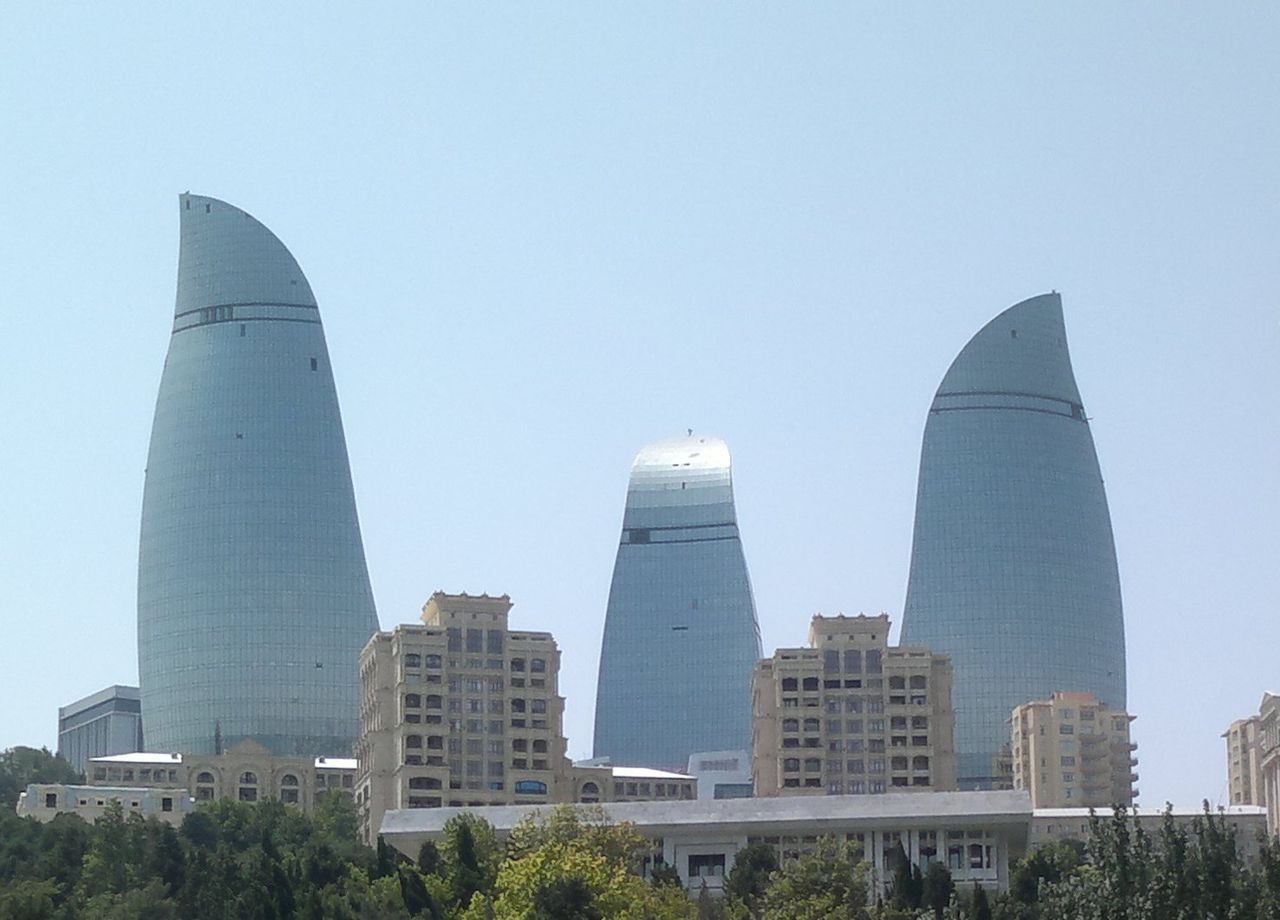 Вид на Пламенные башни в Баку