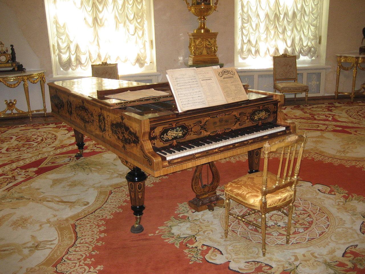 ФасадАлександровский дворец, пианино в парадном зале дворца