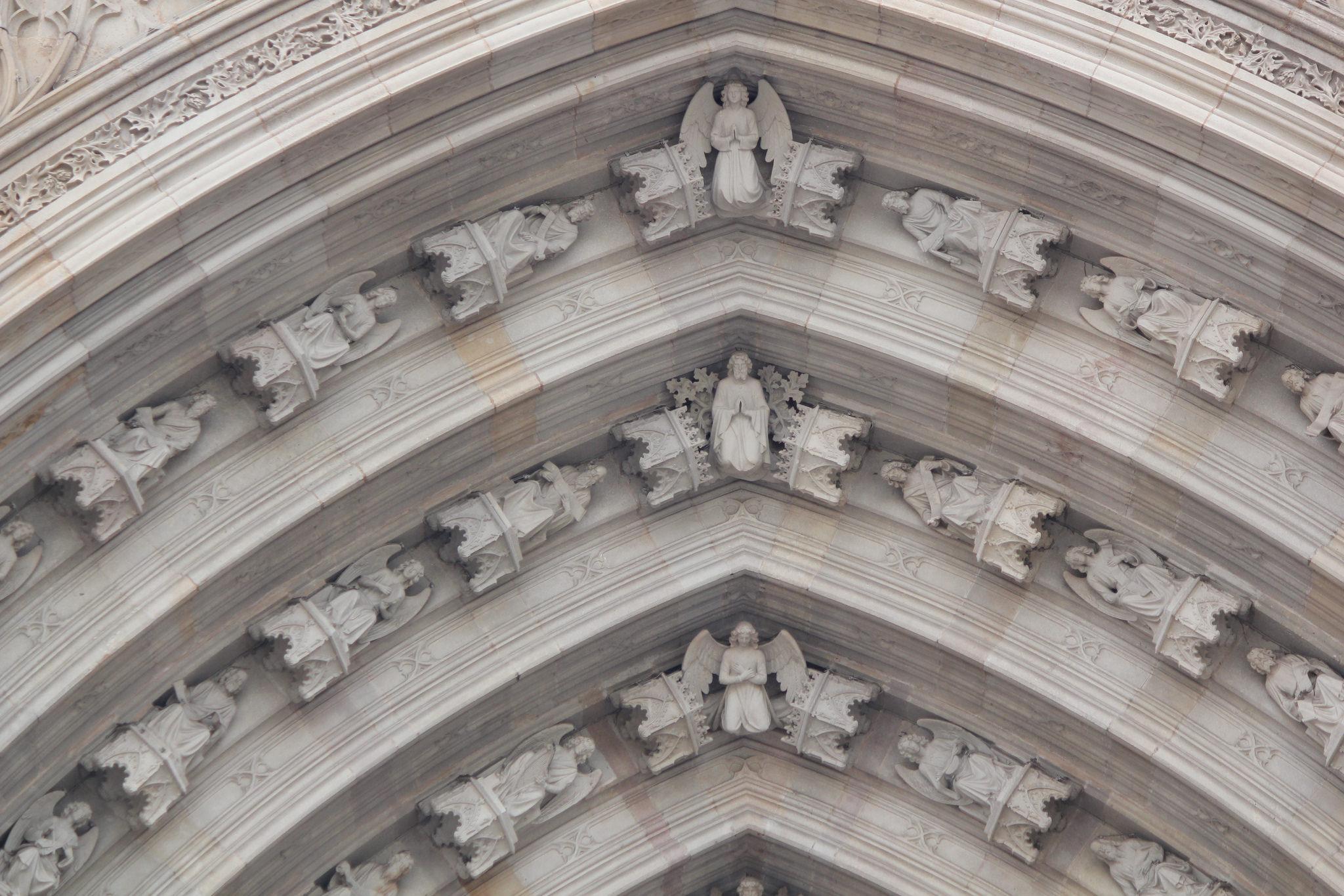 Кафедральный собор Барселоны, фрагмент арки над порталом
