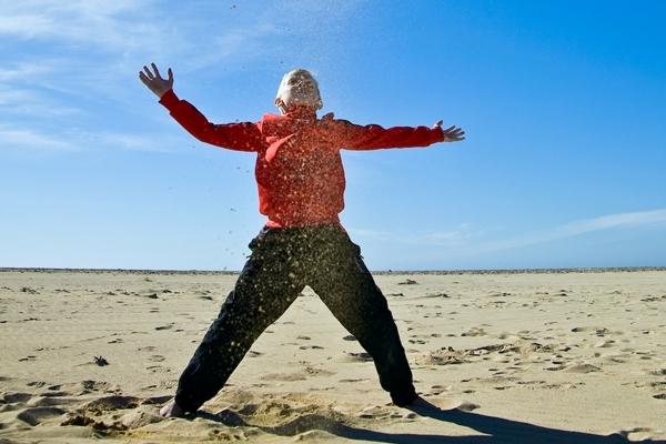 Игры с песком - любимое развлечение детей на пляжах Исландии