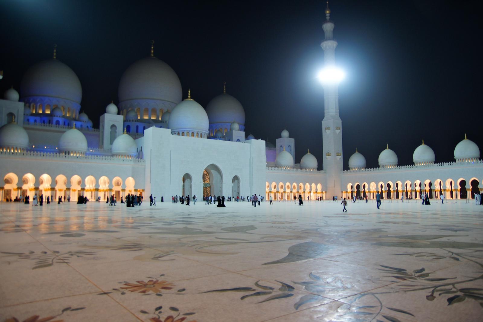 Мечеть Джумейра; площадь, украшенная орнаментом