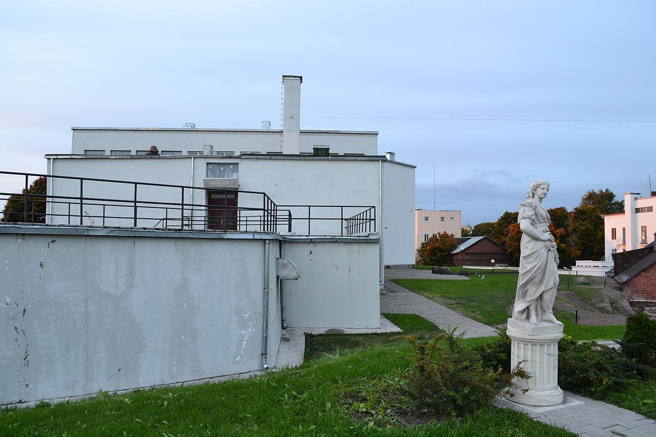 Аллея скульптур и здание Музея изящных искусств и школы живописи в Выборге