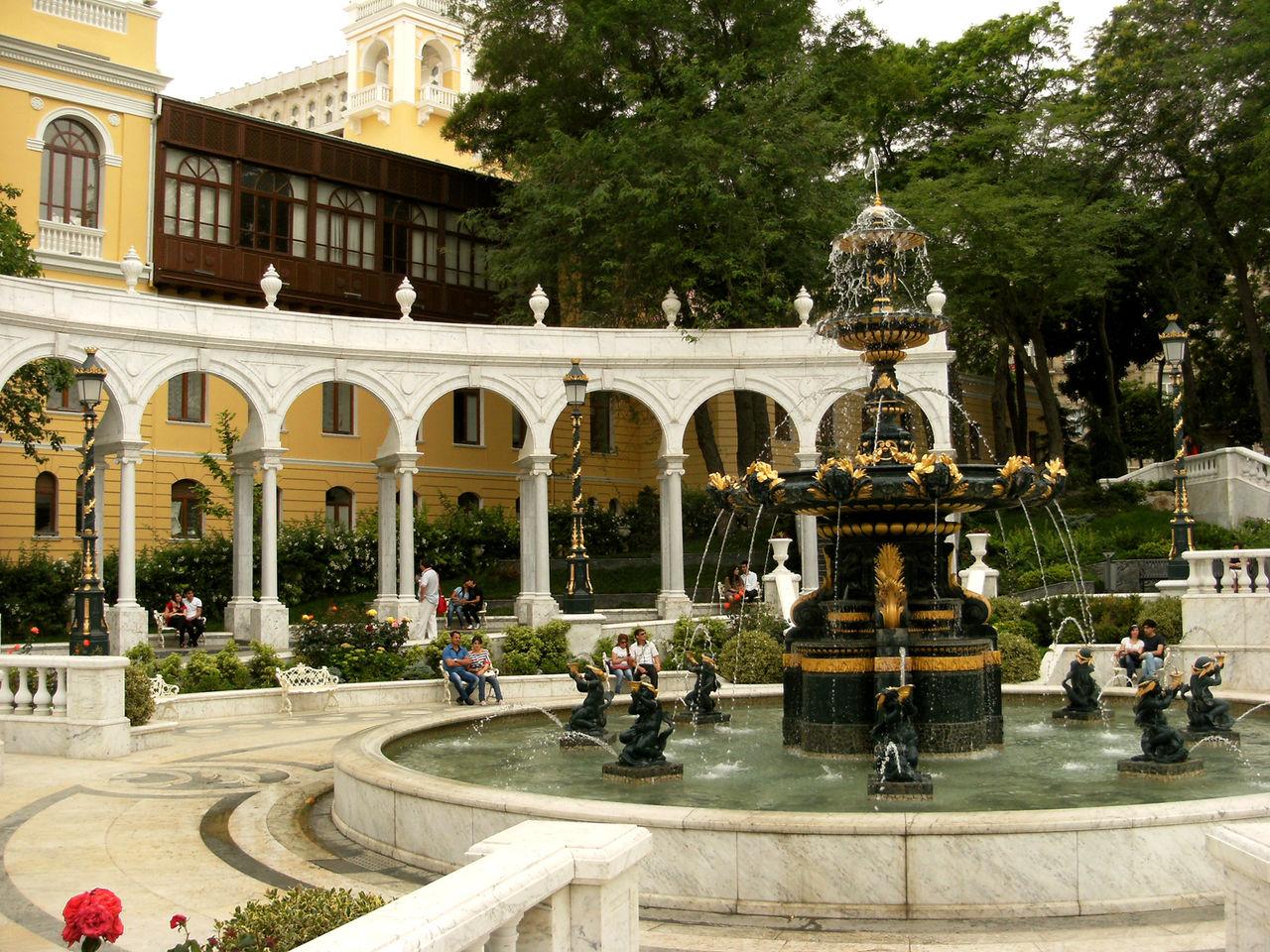Азербайджанская государственная филармония, фонтан в саду