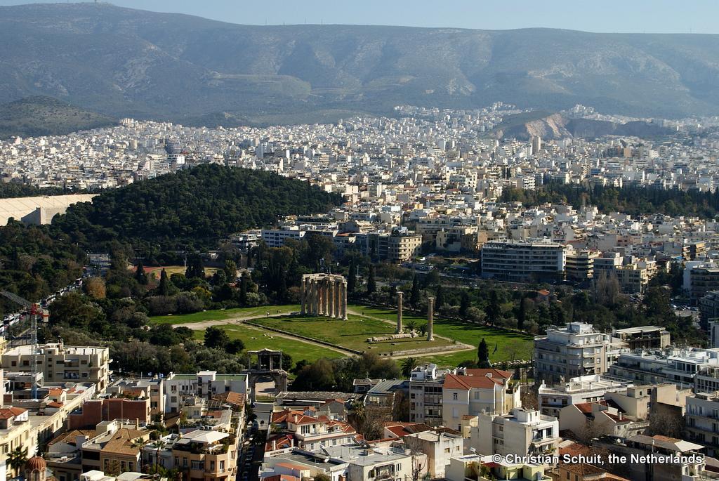 Вид с высоты на храм Зевса Олимпийского, Афины