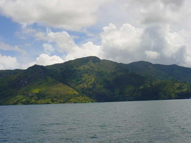 Озеро Тоба — крупнейшее на Суматре.jpg