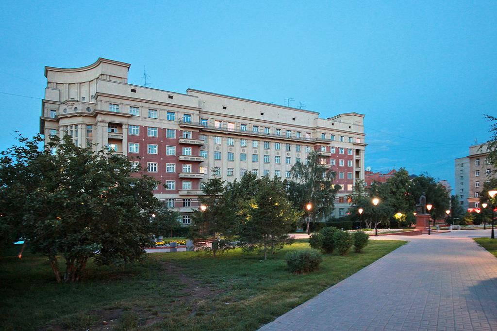 Сквер перед Стоквартирным домом в Новосибирске
