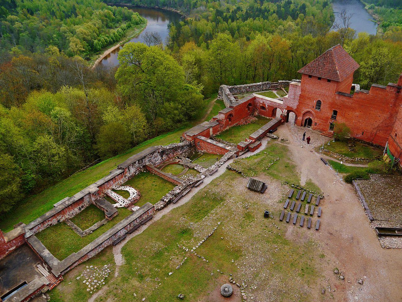 Турайдский замок и двор