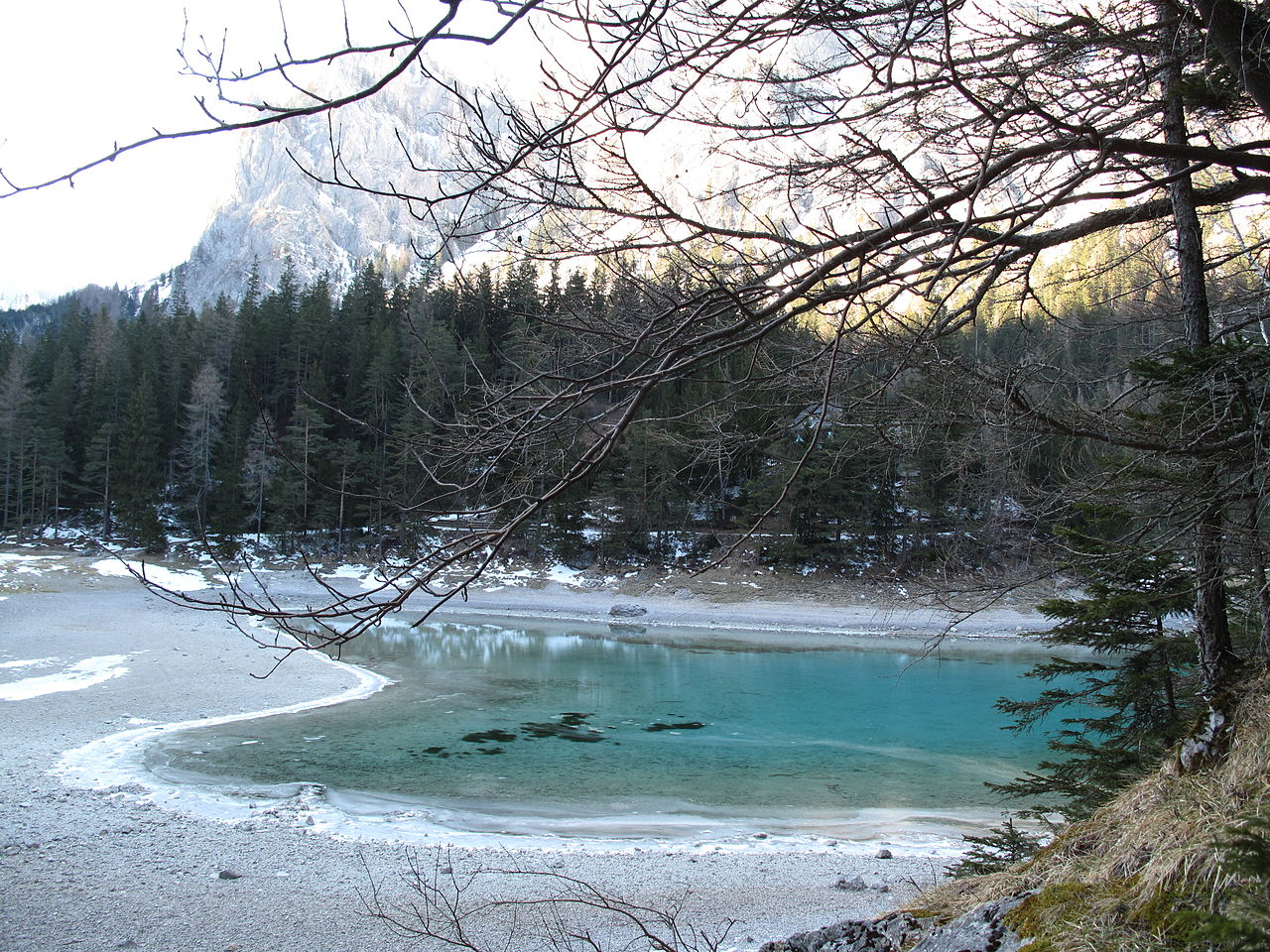 Зеленое озеро до снеготаяния
