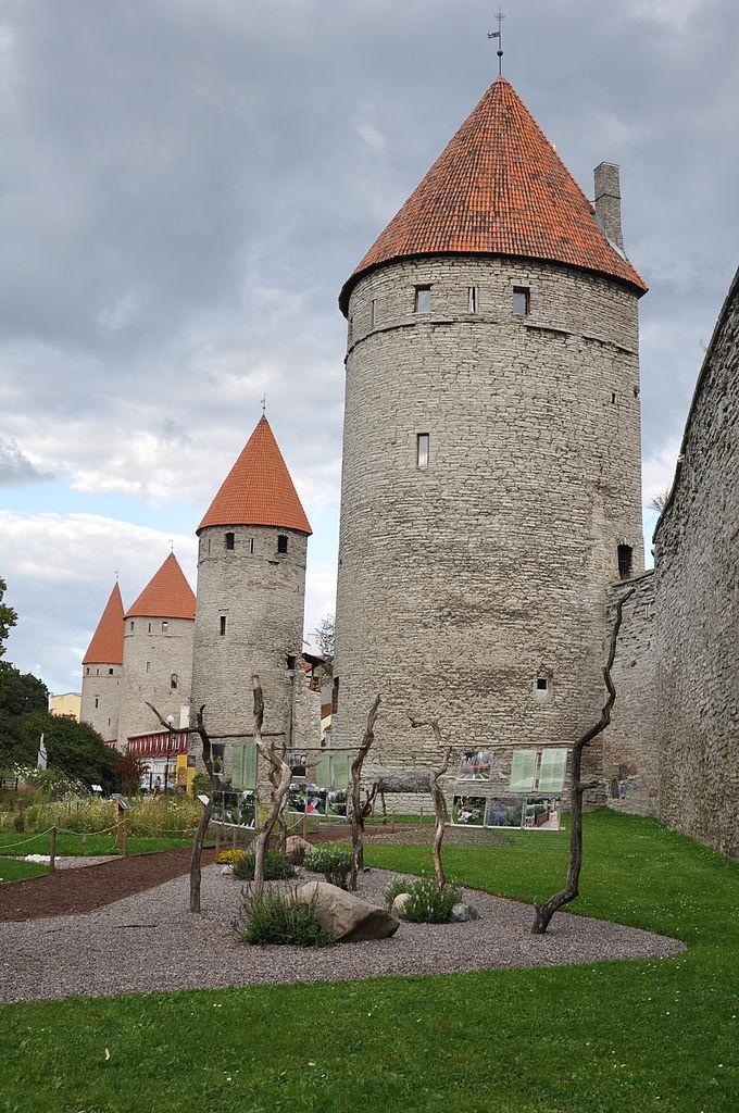 Нижний город Таллина,на переднем плане — башня Кёйсмяэ