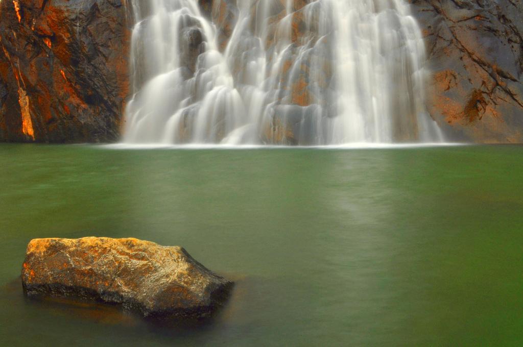 Озеро, в которое впадает Дудхсагар, Индия