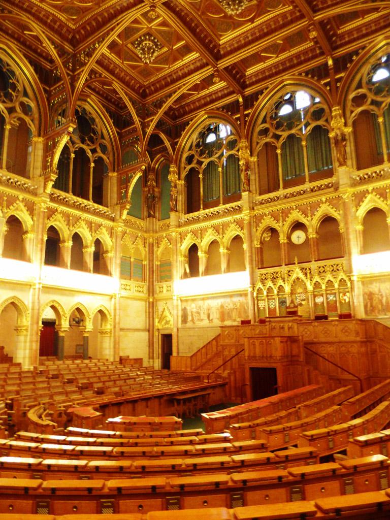 Зал верхней палаты венгерского парламента в Будапеште