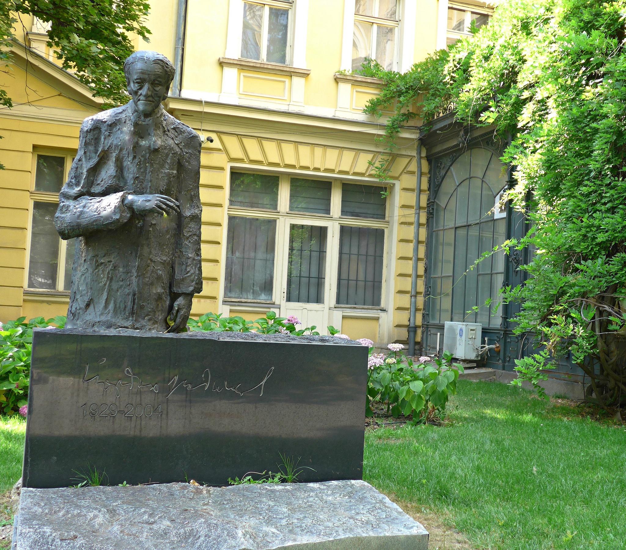 Национальная художественная галерея Болгарии, статуя Йордана Радичкова