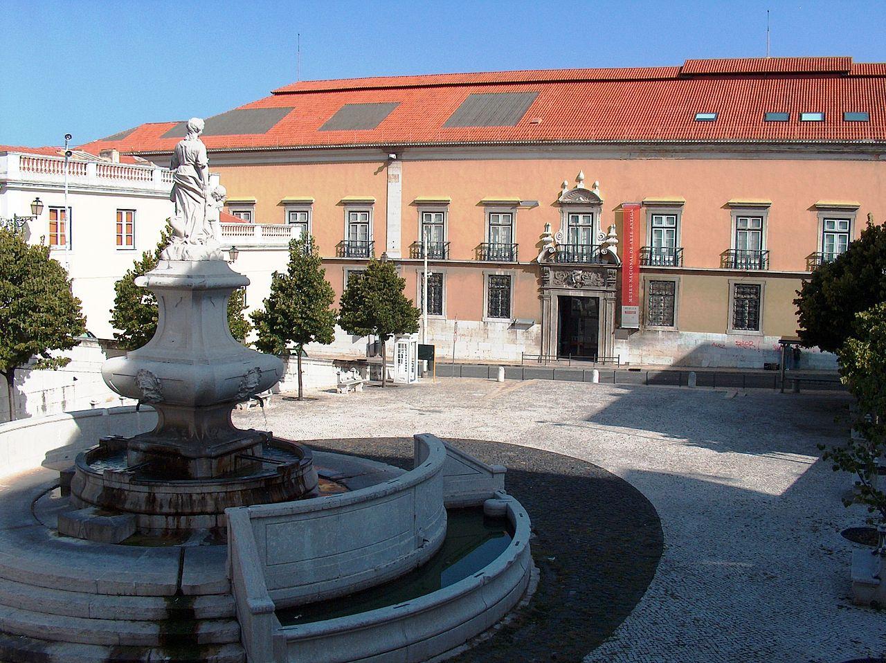 Национальный музей старинного искусства, фонтан во дворе