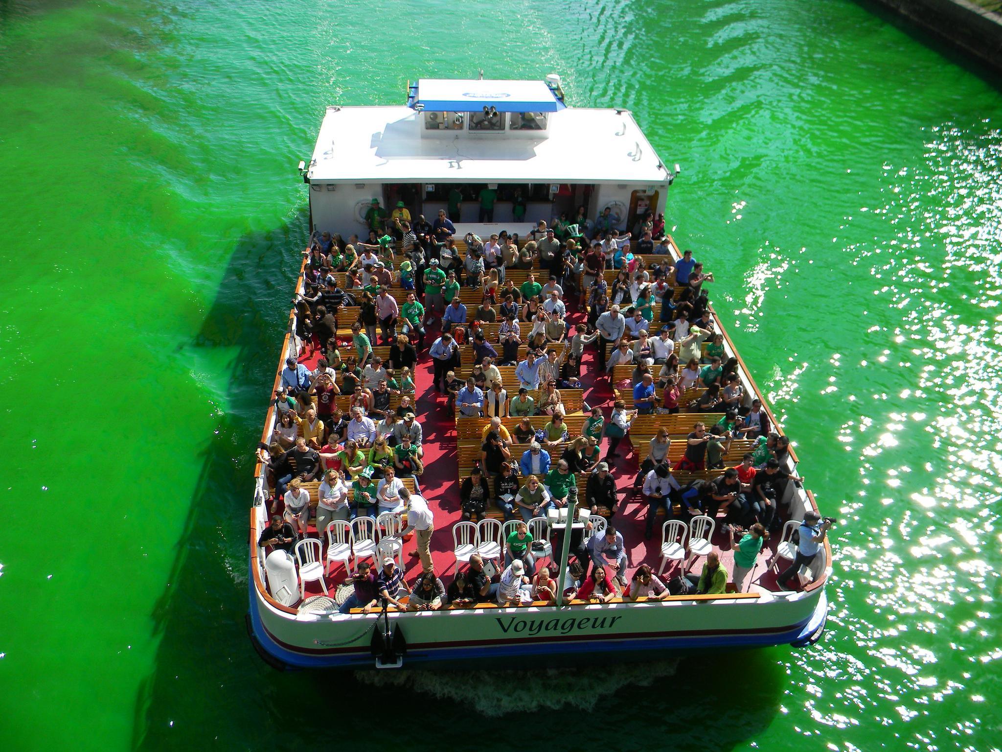 Катание на лодке по зеленой реке