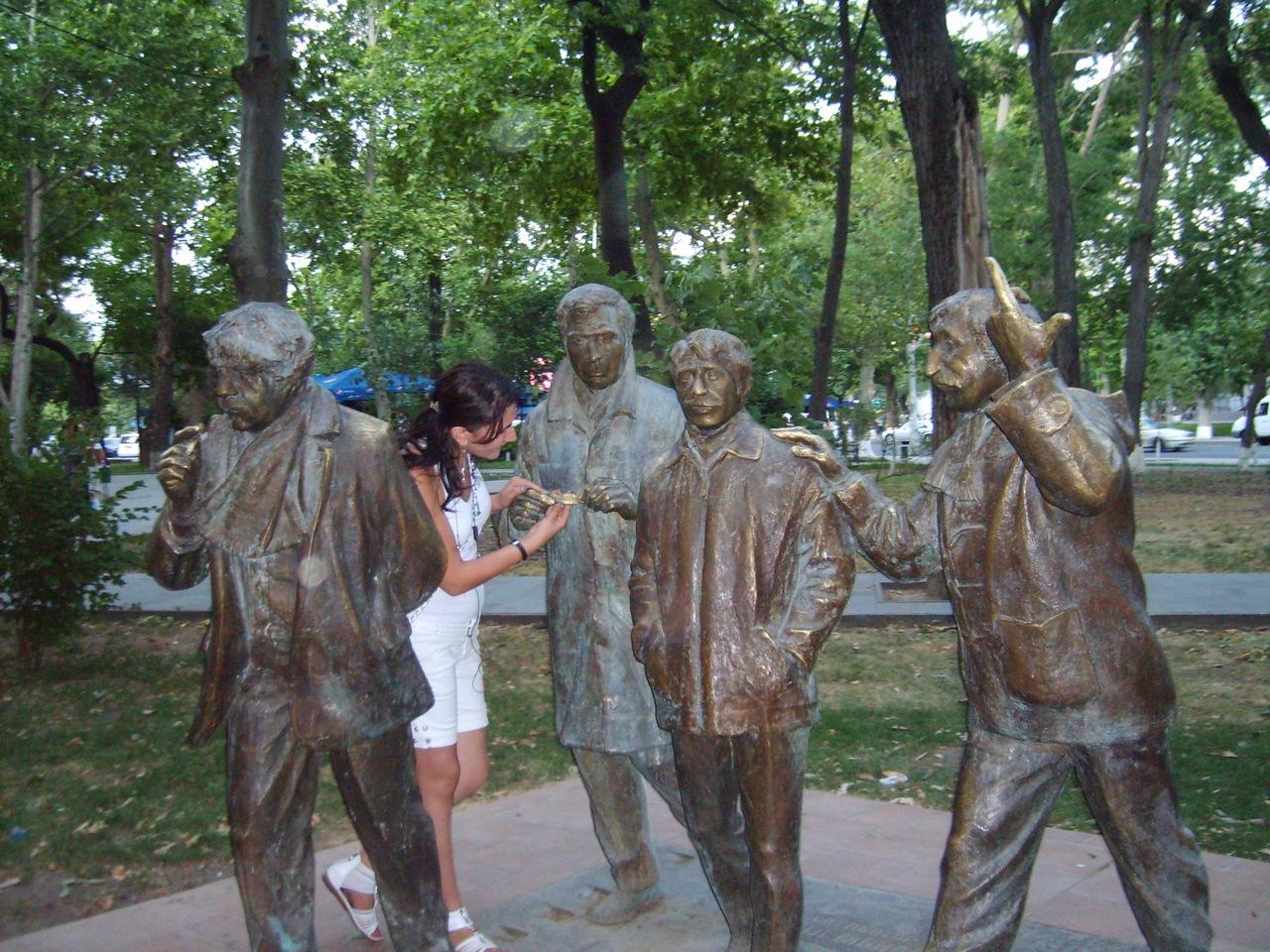 Мужчины скульптора Давида Минасяна, Ереван