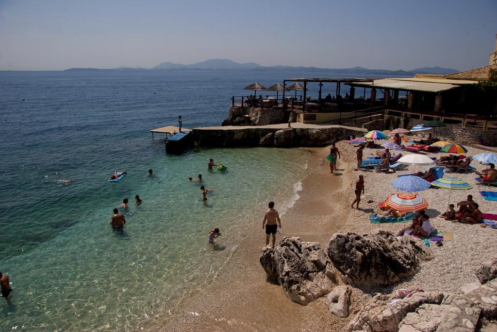 Галечный пляж Ниссаки, Греция