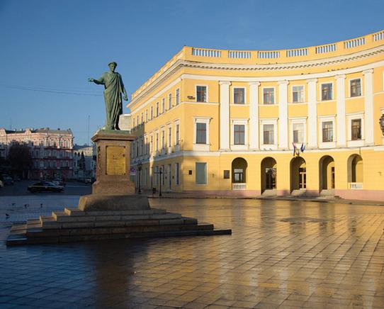 Памятник на вершине Потёмкинской лестницы