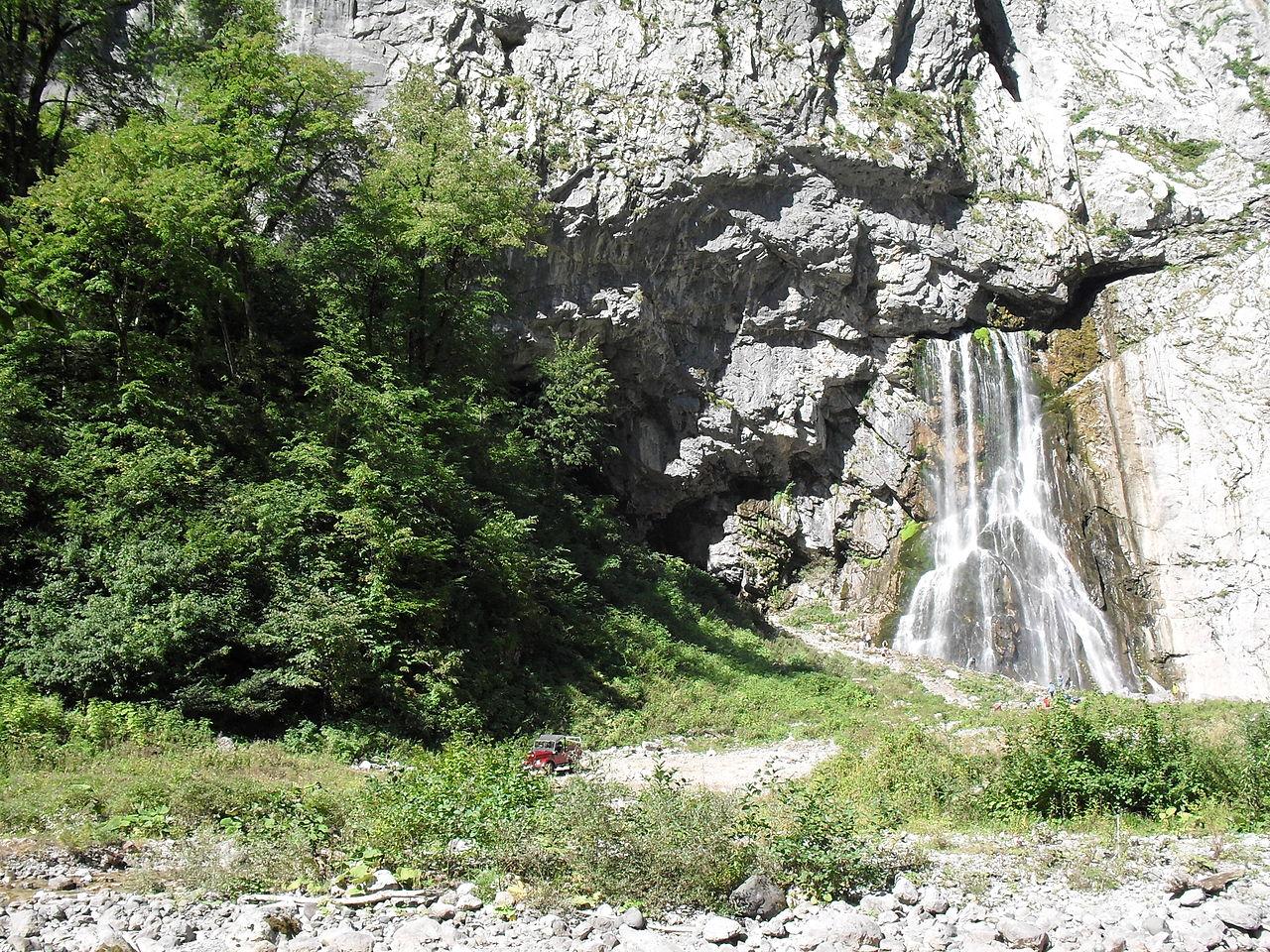 Гегский водопад, у входа в пещеру Черкесский водопад