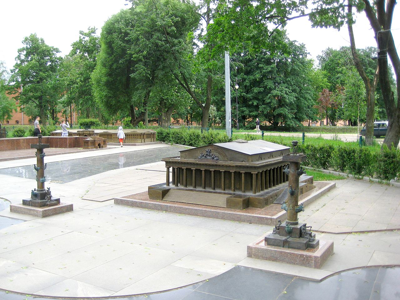 Александровский парк, Биржа и ростральные колонны стрелки Васильевского острова в миниатюре