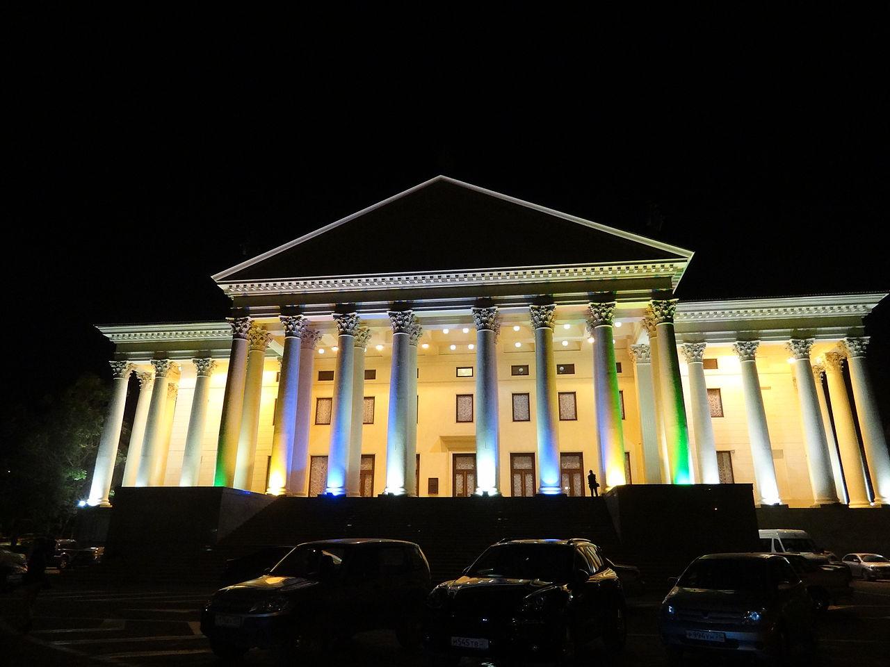 Зимний театр Сочи, вечерний спектакль
